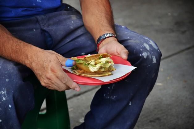 Taco de papa con salsa verde y queso oaxaca