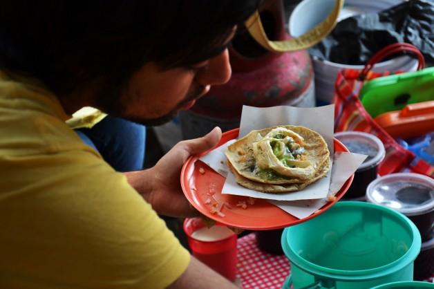Taco de rajas con crema, queso Oaxaca y salsa de aguacate con chile