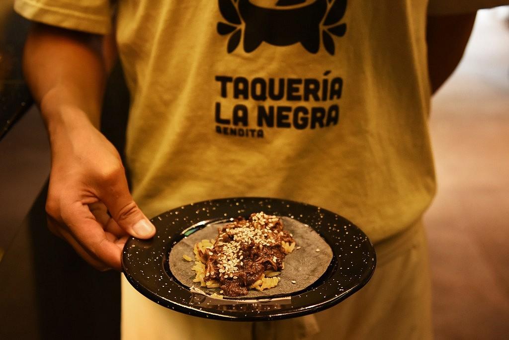 Taco pollo, mole y ajonjoli¦ü
