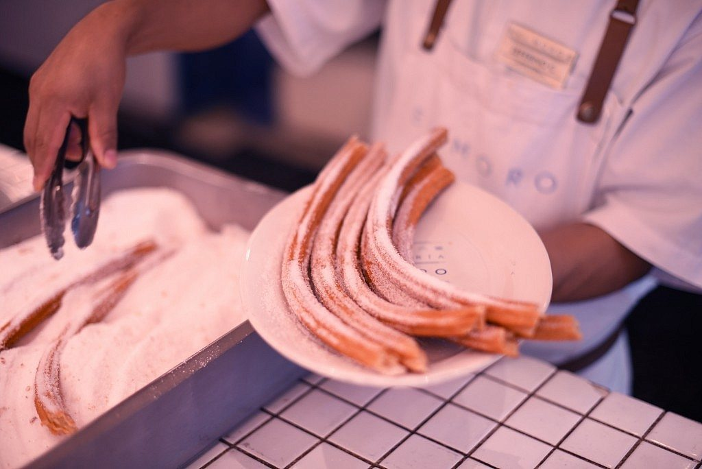 Churrería El Moro - Sirviendo los churros