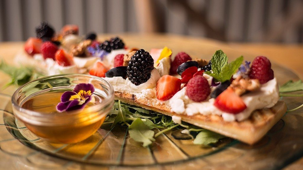 la-mas-bonita-tostada-queso-crema-miel-frutos-rojos