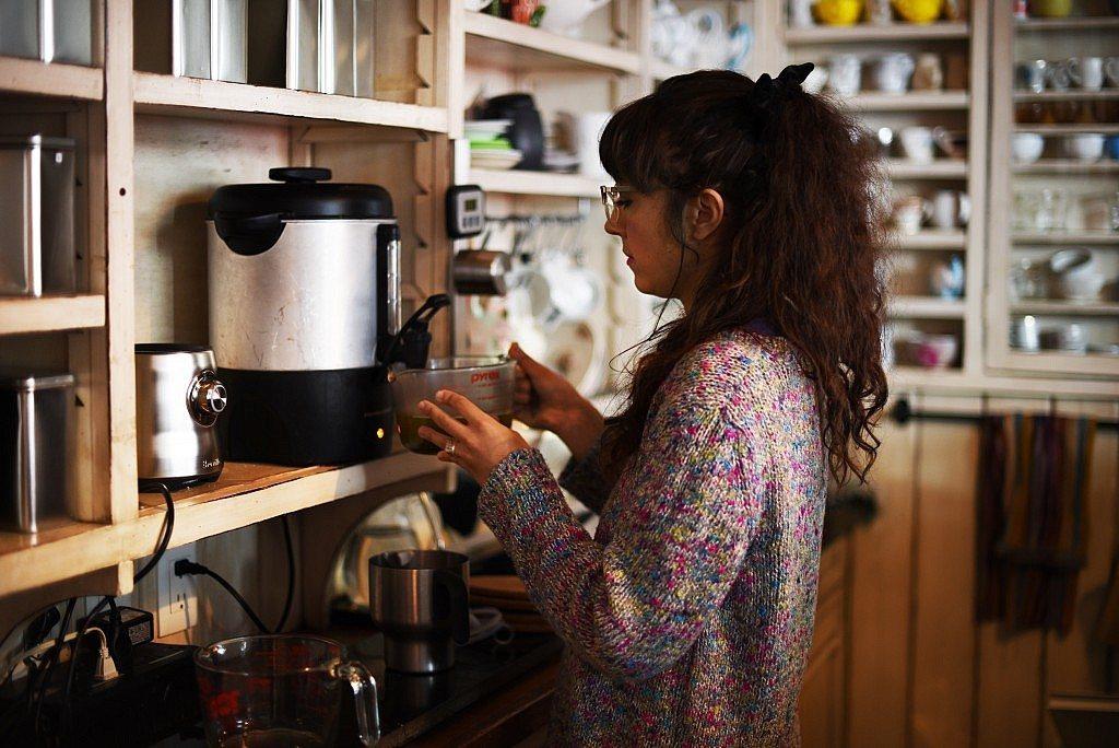 Carla haciendo té