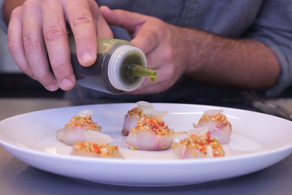 Restaurante-Mui-quinua-sopa-ajo-blanco-emplatado