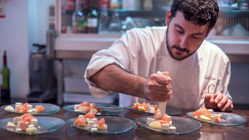 restaurante-saez-chef-emplatado-ensalada